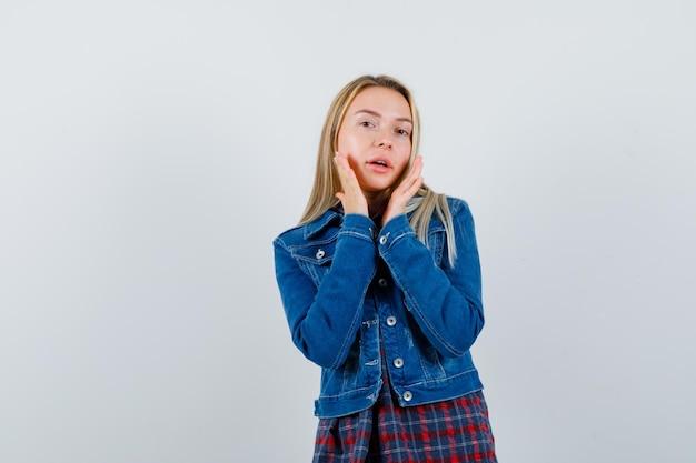 Jonge blonde charmante vrouw geïsoleerd Gratis Foto