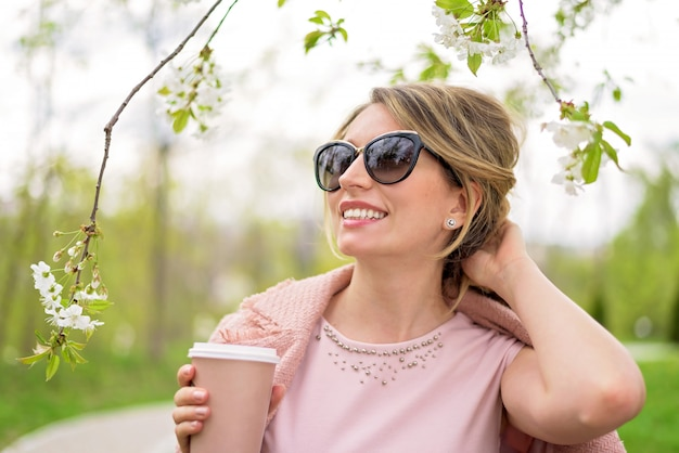 Jonge blonde dame die de lentetijd geniet van