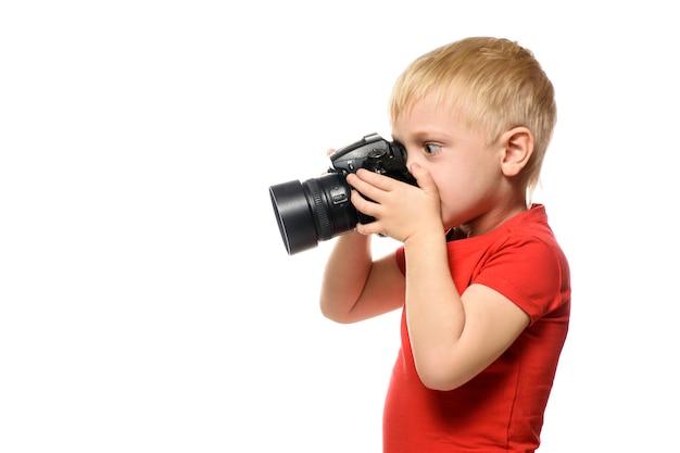 Jonge blonde jongen met camera. portret, geïsoleerd op wit
