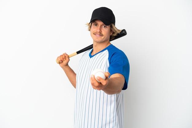Jonge blonde man geïsoleerd op een witte achtergrond honkbal spelen