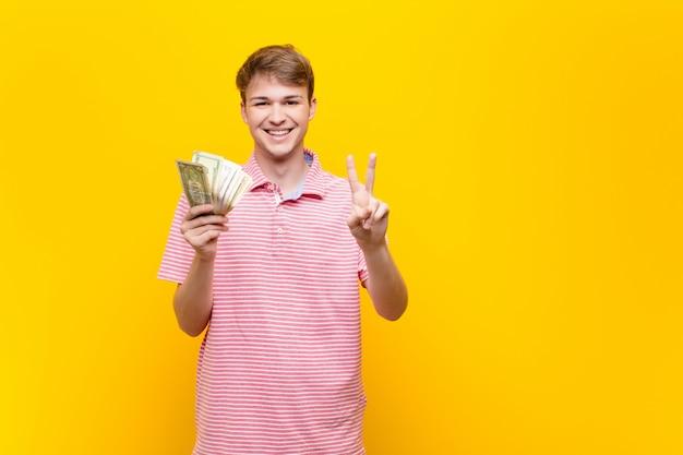Jonge blonde man met dollar biljetten