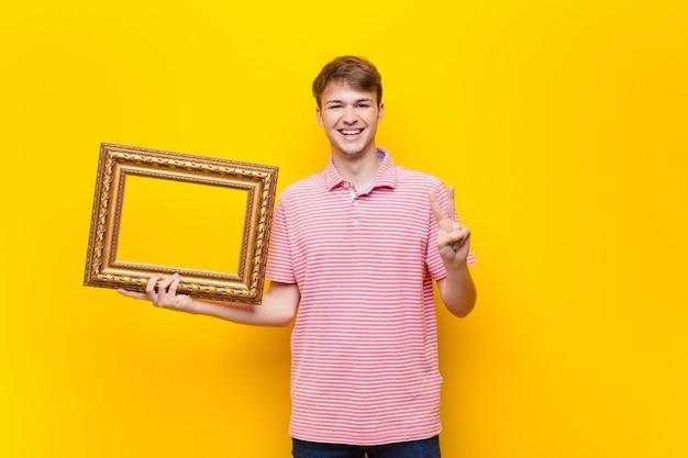 Jonge blonde man met een barok frame