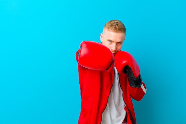 Jonge blonde man sport kleding dragen