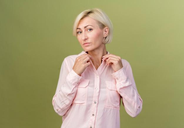 Jonge blonde slavische vrouw met kraag