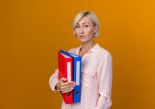 Jonge blonde slavische vrouw met mappen