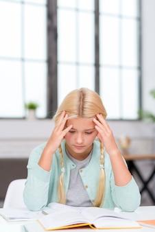 Jonge blonde student die de les probeert te begrijpen