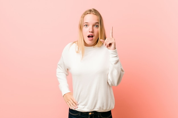 Jonge blonde tienervrouw die een idee, inspiratieconcept hebben.
