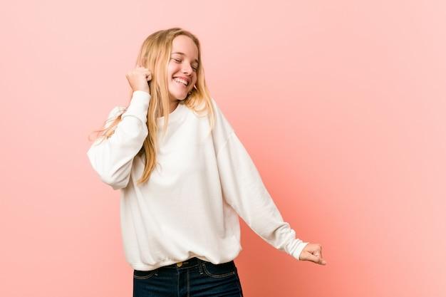 Jonge blonde tienervrouw die en pret dansen hebben.