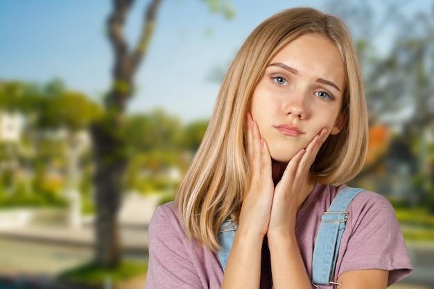 Jonge blonde vermoeide vrouw