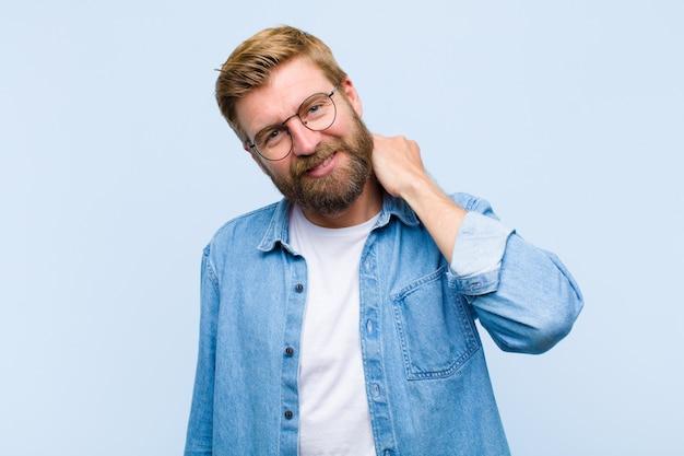 Jonge blonde volwassen man lachen vrolijk en vol vertrouwen met een ongedwongen, gelukkige, vriendelijke glimlach