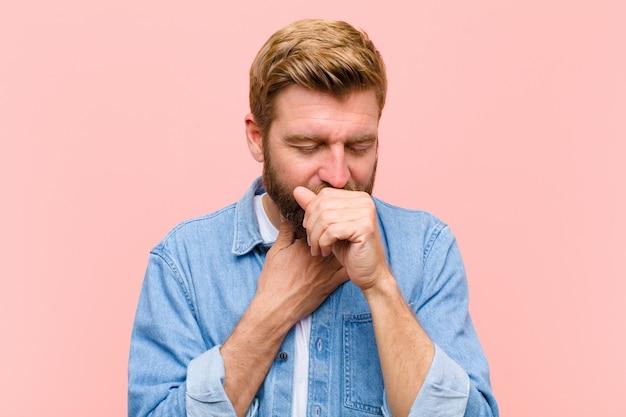 Jonge blonde volwassen man ziek voelen met een keelpijn en griep symptomen