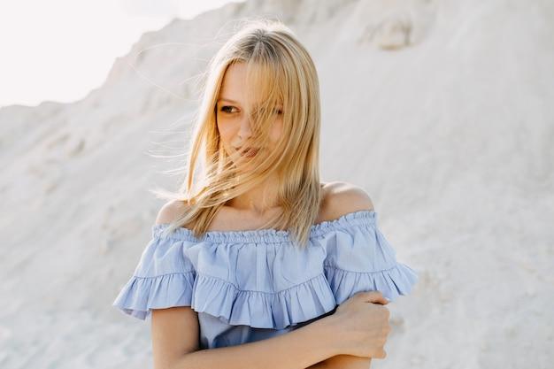 Jonge blonde vrouw close-up portret, buitenshuis.