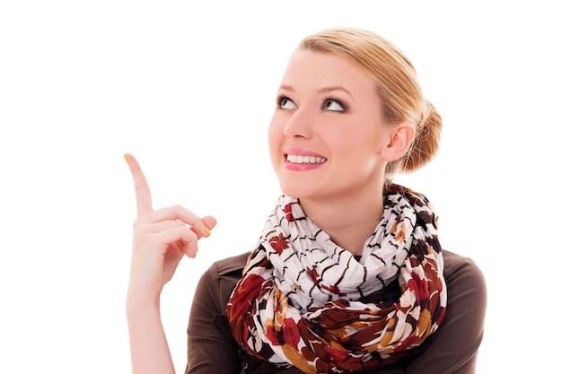 Jonge blonde vrouw die benadrukt