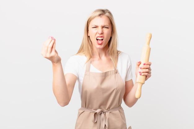 Jonge blonde vrouw die capice of geldgebaar maakt en zegt dat je moet betalen. bakker concept