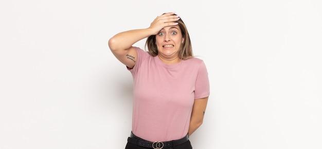 Jonge blonde vrouw die in paniek raakt over een vergeten deadline, zich gestrest voelt, een puinhoop of een fout moet verdoezelen