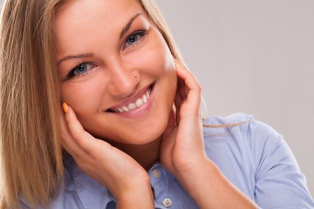 Jonge blonde vrouw die lacht