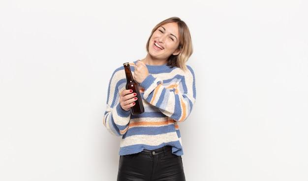 Jonge blonde vrouw die zich gelukkig, positief en succesvol voelt, gemotiveerd wanneer ze voor een uitdaging staat of goede resultaten viert