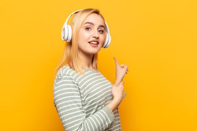 Jonge blonde vrouw geschokt en verrast