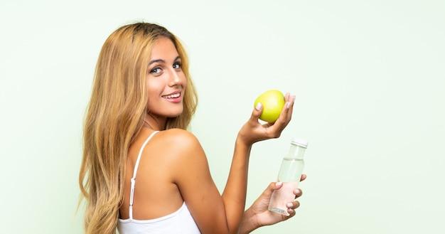Jonge blonde vrouw jonge blonde vrouw met een appel