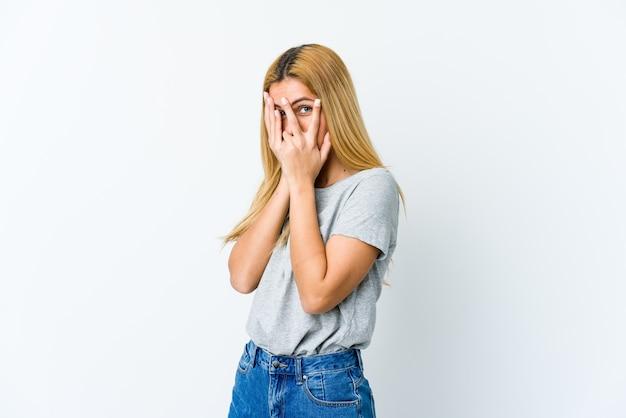 Jonge blonde vrouw knipperen door angstige en nerveuze vingers.