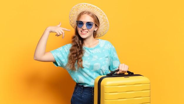 Jonge blonde vrouw met gele bagage