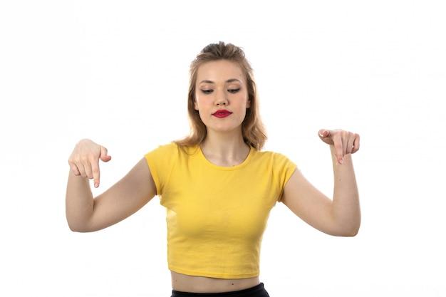 Jonge blonde vrouw met gele t-shirt