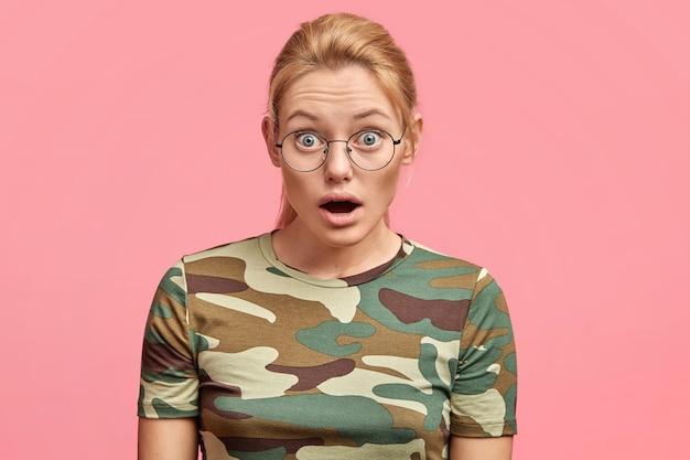 Jonge blonde vrouw met ronde glazen