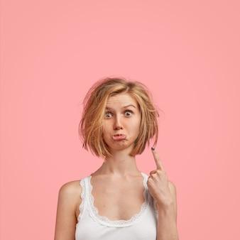 Jonge blonde vrouw met slordig haar