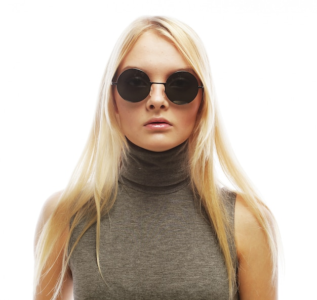 Jonge blonde vrouw met zonnebril