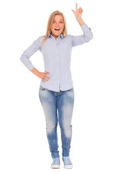 Jonge blonde vrouw toont met vinger
