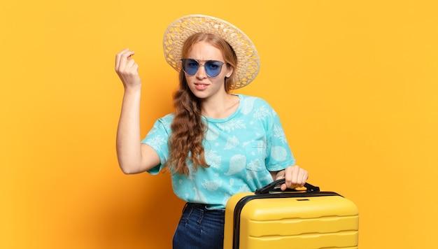 Jonge blonde vrouw. vakantie of reisconcept