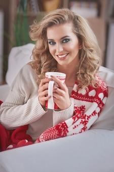 Jonge blonde vrouw warme chocolademelk drinken
