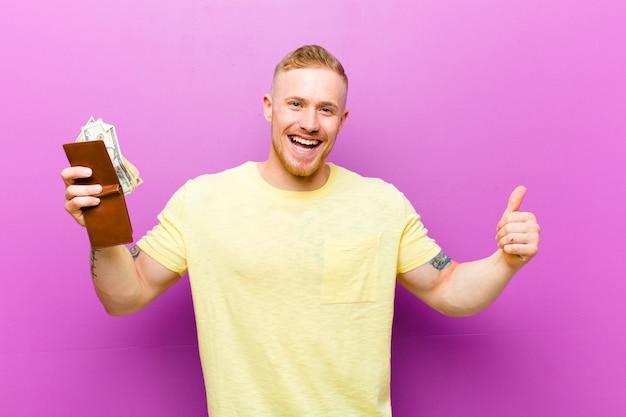 Jonge blondemens met een portefeuille die gele t-shirt, geldconcept dragen