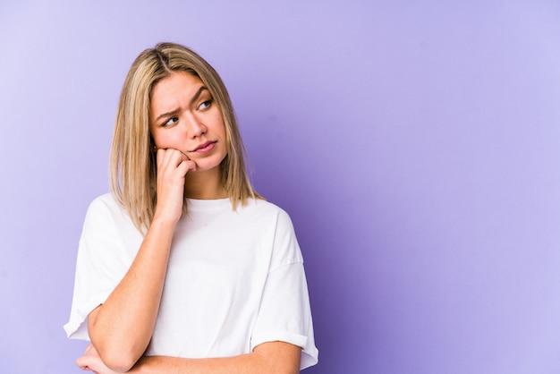 Jonge blondevrouw die droevig en peinzend voelt