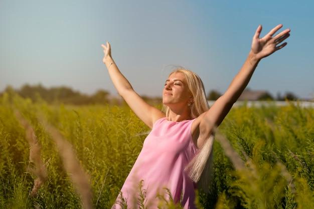 Jonge blondevrouw die van de zon genieten