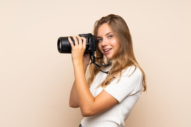 Jonge blondevrouw met een professionele camera
