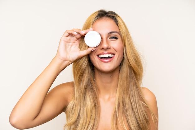 Jonge blondevrouw met vochtinbrengende crème