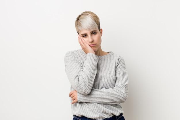 Jonge bochtige blanke vrouw die zich verveelt