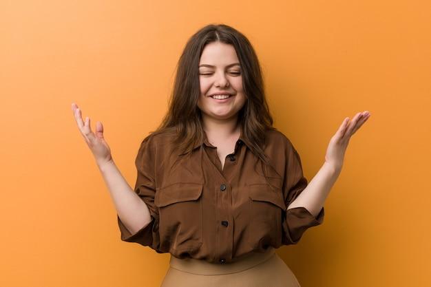 Jonge bochtige russische vrouw blij lachen veel. geluk .