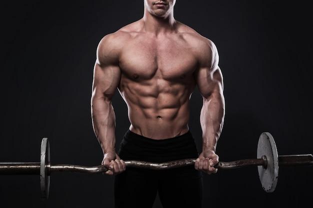 Jonge bodybuilder met barbell