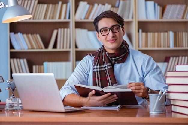 Jonge boekschrijver die in bibliotheek schrijft