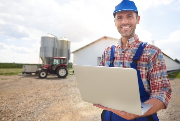 Jonge boer die voor zijn bedrijf zorgt
