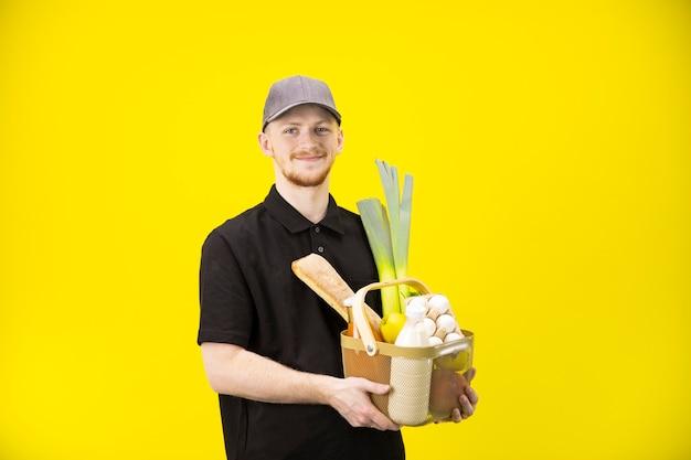Jonge boer houdt mand met boodschappen, voedsel levering van boerderij eco-producten