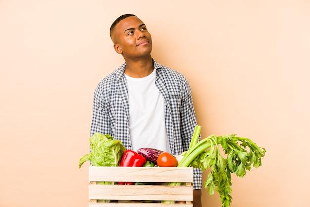 Jonge boer man droomt van het bereiken van doelen en doeleinden