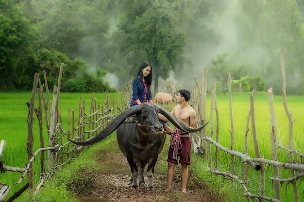 Jonge boerin in bloem boerderij. landbouw organische kleinzakelijke landbouw