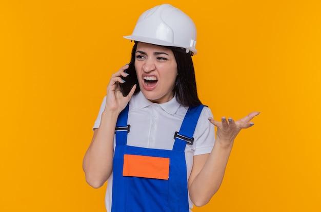 Jonge bouwersvrouw in eenvormige bouw