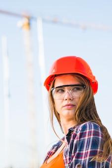 Jonge bouwersvrouw ter plaatse