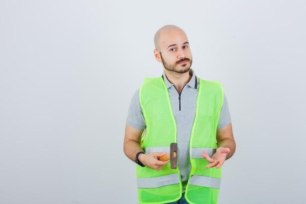 Jonge bouwvakker die een veiligheidshelm draagt