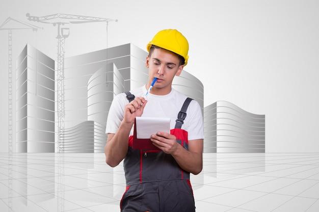 Jonge bouwvakker die nota's neemt