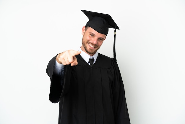 Jonge braziliaanse afgestudeerde universiteit geïsoleerd op een witte achtergrond wijzend naar voren met gelukkige expression
